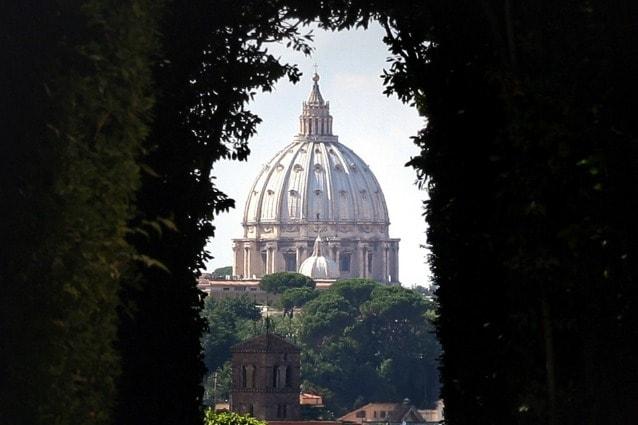Osservando dal chiavistello del portone d'accesso della villa del Priorato di Malta è possibile vedere in perfetta prospettiva due Stati: l'Aventino, dove si trova la Villa a Roma, nello Stato italiano, poi lo Stato della Città del Vaticano con la cupola di San Pietro.
