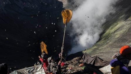 Yadnya Kasada, il festival indonesiano che sacrifica gli animali nel vulcano