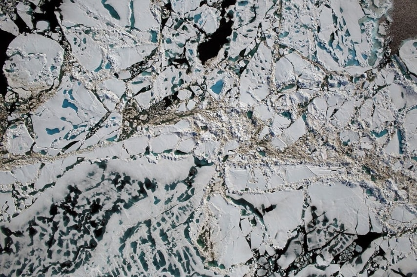 """Il fenomeno dei """"melt pond"""", ovvero le pozze di scioglimento che si formano all'interno del ghiaccio artico."""