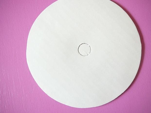 Ricavate un disco dal cartone.