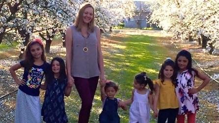 Da single a mamma adottiva di 6 sorelle: la sua storia è straordinaria