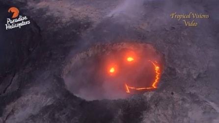 Sorvolano il vulcano e fanno una bellissima scoperta all'interno del cratere
