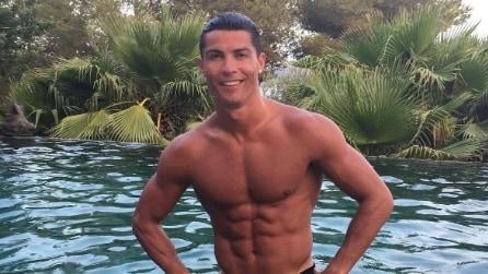 Cristiano Ronaldo in costume: il calciatore mostra il fisico hot