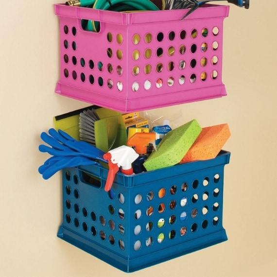 Mensole attaccate al muro del bagno per conservare i prodotti per la pulizia