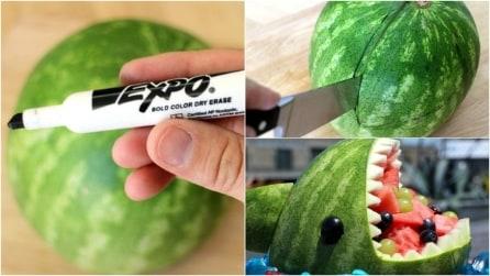 Fa dei segni col pennarello, poi taglia: un'idea originale per servire il cocomero