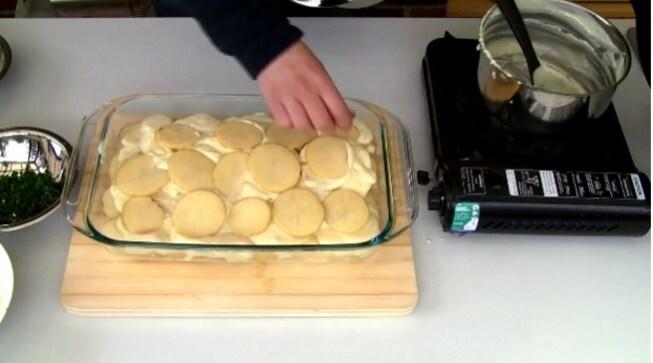 Copritelo con delle fette di patate e continuate ad alternare gli strati