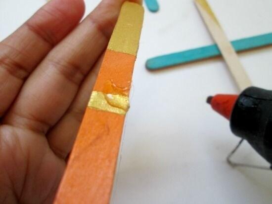 Mettiamo la colla in corrispondenza della striscia, per poi poter impilare i bastoncini nel modo giusto.