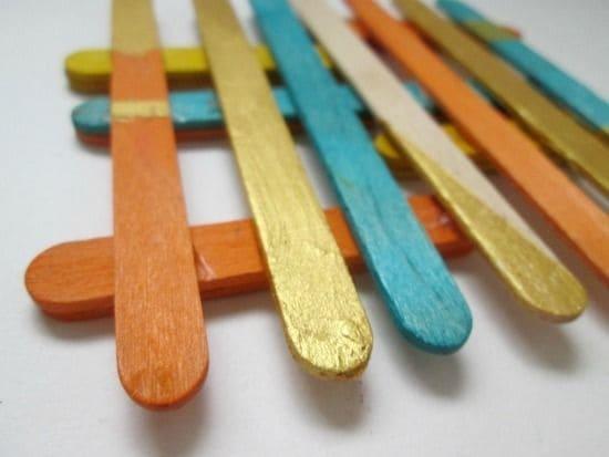 La griglia colorata diventa un sottobicchiere di design.