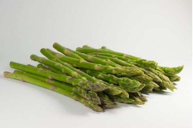 Per conservare gli asparagi, metteteli in un bicchiere con dell'acqua e ricoprite solo le punte con della carta alluminio
