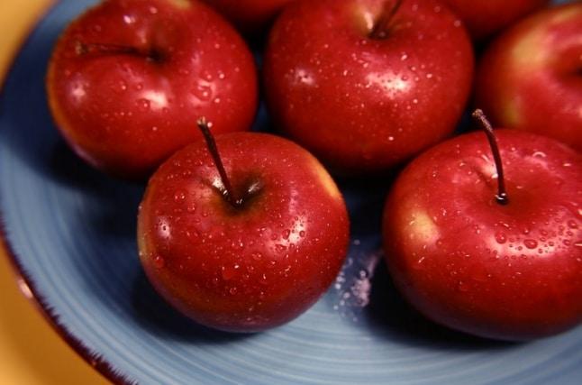 Le mele marce vanno gettate via. Il gas etilene che producono le fa maturare molto velocemente, quindi prima degli altri frutti. Se ne trovate una con la muffa buttatela perché potrebbe contagiare le altre.