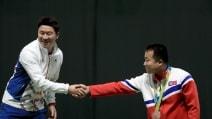 """Rio 2016, una storica stretta di mano: le due Coree """"unite"""" sul podio"""