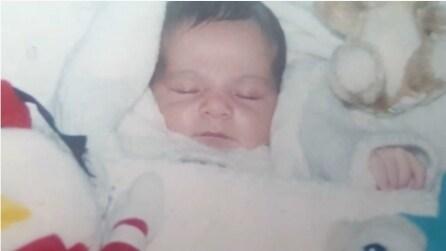 Salva una bambina abbandonata in una cabina telefonica: ciò che accade a quest'uomo dopo 20 anni vi commuoverà