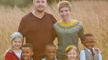 Adottano tre bambini, poi fanno un'inaspettata scoperta: ciò che accade in questa famiglia vi sorprenderà