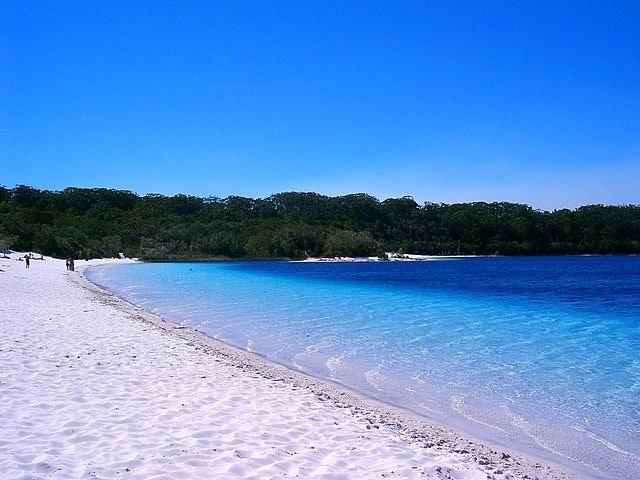 https://commons.wikimedia.org/wiki/File:Fraser_Island_a05_lake_mckenzie.jpg