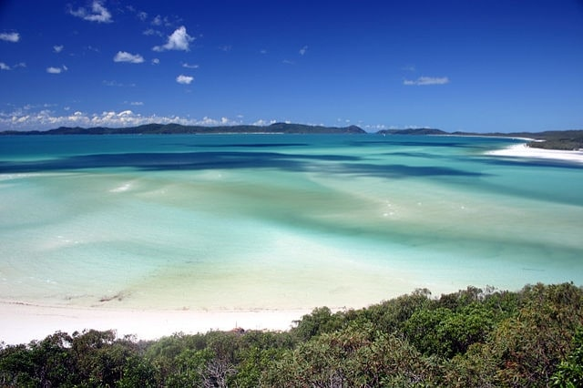 https://commons.wikimedia.org/wiki/File:Whitsunday_Island_-_Whitehaven_Beach_02.jpg