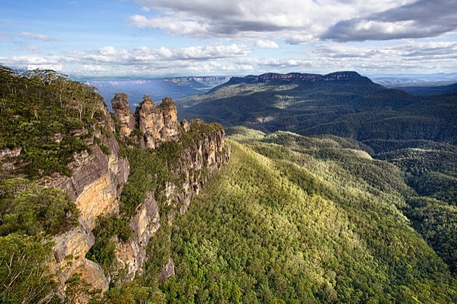 https://commons.wikimedia.org/wiki/File:Three_Sisters,_Blue_Mountains,_New_South_Wales,_Australia.jpg