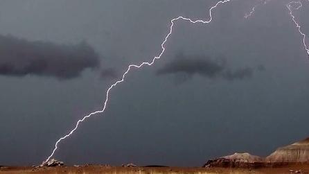 Durante il temporale catturano un fulmine dalla forma bizzarra: lo scatto diventa virale