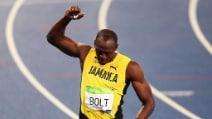 I 'pizzini' di Bolt, vince l'oro e poi li strappa in un gesto di stizza