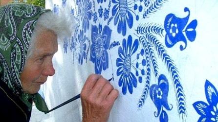 L'arte non ha età: a 90 anni dipinge il suo villaggio perché ha una missione