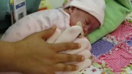 Il piccolo nasce prematuro, poi la mamma mette un guanto nella sua culla: ciò che accade vi emozionerà