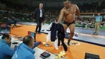 Lottatore battuto in finale, tecnici in mutande per protesta contro gli arbitri