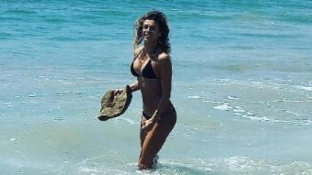 Elisabetta Canalis sexy in bikini sulla spiaggia di Malibù