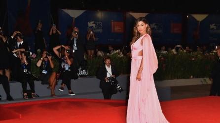 Belén Rodriguez meravigliosa in rosa sul red carpet di Venezia