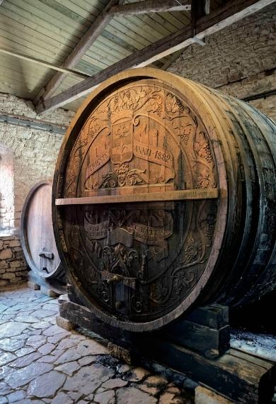 I collezionisti accaniti pagano decine di migliaia di euro per vini storici, miracolosamente sfuggiti alle avversità del tempo. Uno dei più cari, un Château Laffitte 1787, con incise le iniziali di Thomas Jefferson, terzo presidente degli Stati Uniti, è stato aggiudicato a 125.000 €.