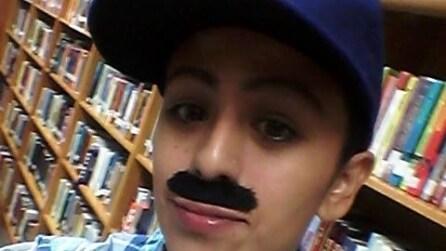 Si mette dei baffi finti e va a scuola del figlio: il suo gesto scatena il web
