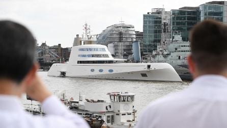 Londra, superyacht da 260 milioni solca le acque del Tamigi