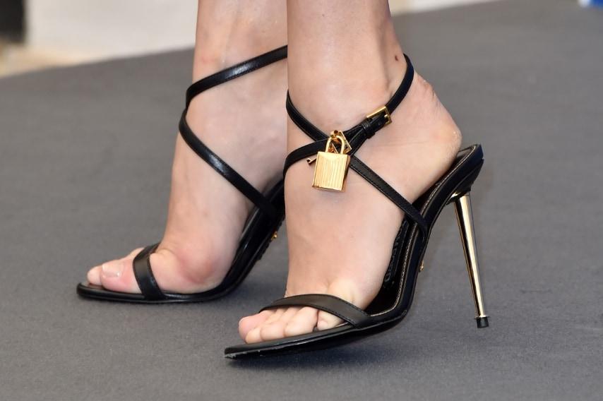 Per il photocall la Adams indossa sandali con tacco a stiletto e lucchetto di Tom Ford