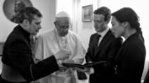 Mark Zuckerberg racconta i suoi viaggi: gli scatti con papa Francesco e Renzi