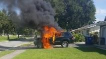 Lascia il cellulare sotto carica nell'auto: l'abitacolo prende fuoco