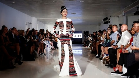 Sfigurata dall'acido, sfila durante la Fashion Week: il riscatto di Reshma