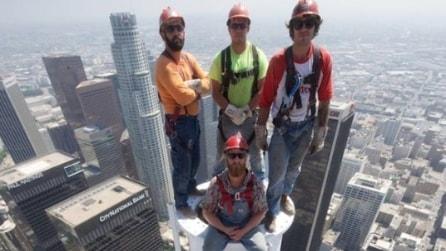 Gli operai in equilibrio in cima al grattacialo, a 335 metri d'altezza