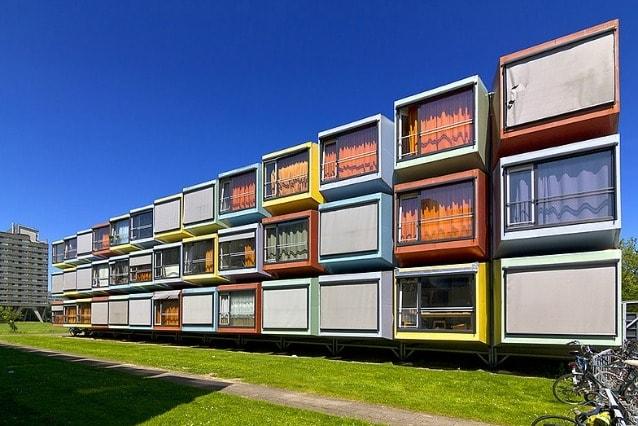 Qui tutto è colorato. Sono più di 300 le unità attorno al campus dell'Università di Utrecht progettate nei minimi dettagli e con originalità creando una sorta di arcobaleno.