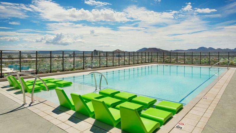 Questo alloggio per studenti a Tucson, dispone di una terrazza panoramica con piscina, una vasca idromassaggio e una zona giochi. Ha anche alcuni barbecue, una zona di sabbia con amache e una rete da pallavolo. Sicuramente è una delle residenze per studenti più glamour.