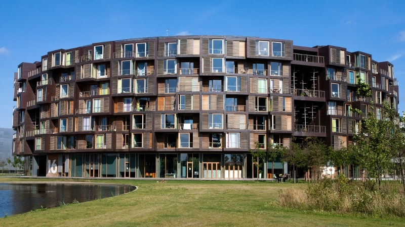 360 camere ruotano attorno a questo edificio a panopticon, progettato dagli architetti danesi Lundgaard & Tranberg. Concepito come un villaggio verticale, la struttura è organizzata come una rotonda di sette piani impilati di comunità studentesche, con le singole camere che si affacciano verso l'esterno, mentre gli spazi a doppia altezza destinati a cucine e salotti comuni affacciano sul cortile.