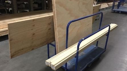 Prende i pannelli di legno e costruisce una libreria unica: il risultato vi stupirà