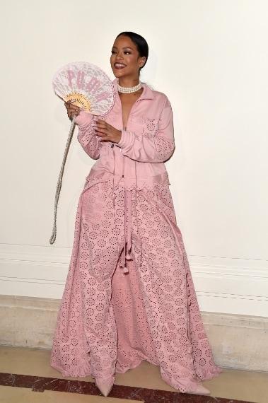 Rihanna sfila in rosa per Puma a Parigi