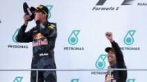 F1 Gp Malesia: Ricciardo festeggia sul podio con lo shoey