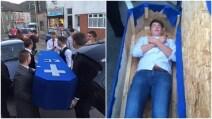 L'amico si fidanza e sparisce: i compagni di una vita organizzano il suo funerale