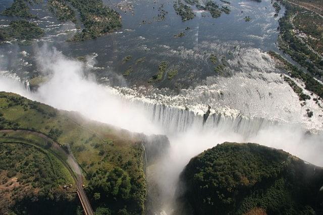 https://it.wikipedia.org/wiki/Cascate_Vittoria#/media/File:Victoria_Falls.jpg