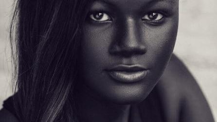 Khoudia, la modella presa in giro perché ha la pelle troppo scura