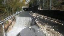 Terremoto, il fiume Nera sprofonda nell'asfalto e invade la provinciale: le immagini drammatiche