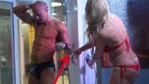 Il Gf Vip ammanetta Stefano Bettarini e Valeria Marini, a letto e sotto la doccia insieme dopo la lite