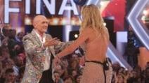 Valeria Marini abbraccia Alfonso Signorini dopo l'eliminazione dal 'Grande Fratello Vip'