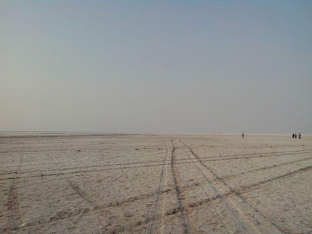 https://commons.wikimedia.org/wiki/File:White_Rann_of_Kutch_-_Landscape.jpeg