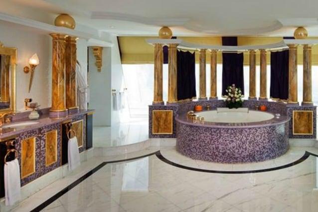 Il bagno d'albergo più grande e lussuoso è sicuramente quello della Royal Suite del Burj Al Arab di Dubai, che è l'hotel più lussuoso al mondo. Qui tutte le rifiniture sono in oro zecchino e l'ambiente misura 108 metri quadrati, probabilmente molto di più della casa in cui viviamo.