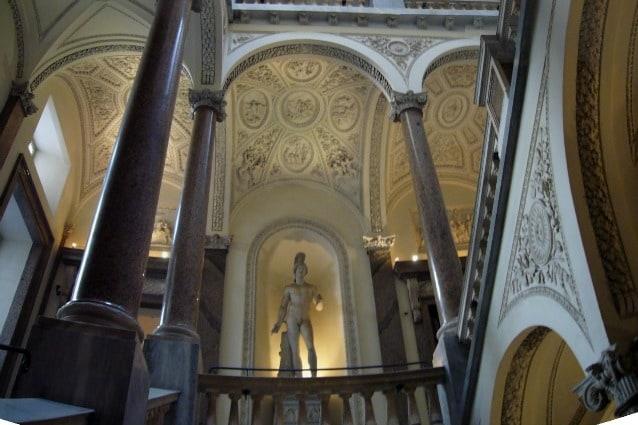 Il noto bagno di Papa Pio XIII e gli appartamenti papali sono stati allestiti all'interno di Palazzo Braschi, dove un intero piano è stato adibito a set di riprese della criticata e osannata serie The Young Pope. Il Palazzo è composto da diversi corpi di edifici di cui il primo, costruito nel 1435, aveva accesso diretto da Piazza Navona.